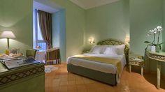 L'Hotel Miramare e Castello possiede 41 camere, di cui ben 23 affacciano verso il mare. Vi sono 17 classic, 17 superior, 6 de luxe e una splendida suite con terrazza panoramica che è il fiore all'occhiello dell'hotel