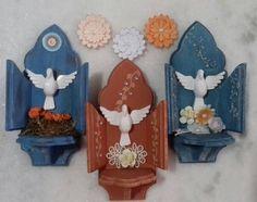 Mini oratórios em mdf com Divino, decorados com flores, stencil e pátina