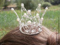 Корона для принцессы. Изысканная, но в то же время нежная корона для свадьбы, фотосессии, вечеринки  для больших и маленьких принцесс:)  Как будто кружева из проволоки с речным жемчугом и маленькими бусинками горного хрусталя, сверкающих на…