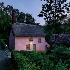 Searching for lovely places and found this gorgeous cottage for rent in Pepercomb, Devon. Very tempting! Cute Cottage, Cottage Style, Pink Houses, Little Houses, English Country Cottages, English Countryside, Tadelakt, Cottage Exterior, Cabins And Cottages