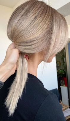 Best hair color ideas to refresh your appearance Cream Blonde Hair, Warm Blonde Hair, Blonde Hair Shades, Dyed Blonde Hair, Honey Blonde Hair, Balayage Hair Blonde, Hot Hair Colors, Hair Color Dark, Ombre Hair Color