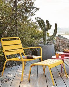 sélection deco avril jardin Outdoor Seating, Outdoor Spaces, Outdoor Chairs, Outdoor Furniture, Outdoor Decor, Yellow Pantone, Shake, Comfy Sofa, Calming Colors