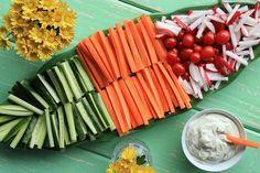 Petiscos light: veja 3 receitas de petiscos saudáveis, como legumes crus com vários molhos; guacamole e carpaccio de maçã, rúcula e salaminho. Deliciosos!
