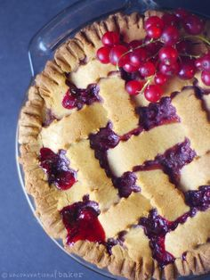 A berrylicious pie, filled with seasonal red currant berries and a crumbly sweet crust. This recipe is vegan, gluten-free, oil-free, and refined sugar-free. Healthy Vegan Snacks, Delicious Vegan Recipes, Vegan Desserts, Vegan Food, Vegan Treats, Vegetarian Recipes, Gluten Free Pie, Gluten Free Baking, Dairy Free Recipes