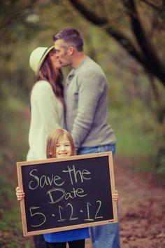 Wat een lieve foto! Ontwerp je eigen save the date kaart. www.trouwkaartjesdrukkerij.nl