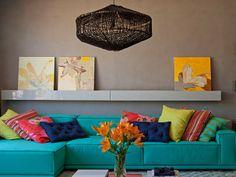 Em casa de Maria: Decoração Neutra com Sofá Colorido