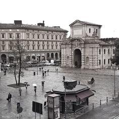 @mirehoracio  Sembra scattata in un novembre d'epoca, ma è #Bologna che comincia la giornata di oggi vista dalla #Montagnola.