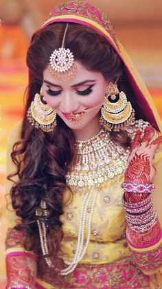 Fulfill a Wedding Tradition with Estate Bridal Jewelry Desi Bride, Hindu Bride, Bride Look, Pakistani Bridal Makeup, Pakistani Couture, Bridal Lehenga, Bridal Makeup Looks, Bridal Beauty, Bridal Makeover