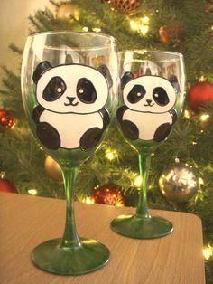 Hand Painted Panda Bear Wine Glasses Sold in Pairs door PritzDesigns(جای سبز:سفید یا صورتی) Panda Day, Panda Love, Red Panda, Cute Panda, Panda Lindo, Panda Wallpapers, Hand Painted Wine Glasses, Bear Pictures, Diy Décoration
