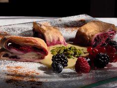 Piccoli strudel alle ciliegie, alle pere e ai piccoli frutti Sant'Orsola su crema di vaniglia