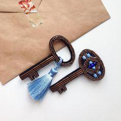 В наличии! #вналичиигнездосороки Комплект из двух ключиков со съемной шелковой кисточкой, цвет Незабудка, японский бисер По вопросам приобретения пишите, пожалуйста, в Директ ✉️ ______________________________________ #Moscow #russia #москва #россия #брошь #броши #вышивка #вышивкабисером #нашивка #vscom #vscocam #beads #beauty #fashion #brooches #art #ручнаяработа #своимируками #handmade #хендмейд #beautyproducts #russiandesigners #украшения #выборстилиста #jewelry #jewellery #клю...