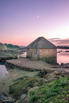 Le moulin à marée du Birlot au nord de l'île de Bréhat sur la côte de granit rose. <3