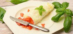 Munakas syntyy myös pelkistä valkuaisista. Ohut valkoinen munakas kannattaa täyttää tuoreilla tomaateilla ja kääriä rullalle. Tämä ruoka menee läpi paatuneimmankin terveysintoilijan seulasta. Fresh Rolls, Healthy Eating, Low Carb, Ethnic Recipes, Food, Eating Healthy, Healthy Diet Foods, Clean Foods, Eten