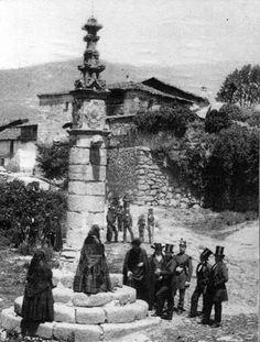 """""""Fotografía de mediados de siglo XIX en Jarandilla de la Vera, la edificación de piedra que se ve, es muy común en las poblaciones cacereñas, conocida como la Picota""""."""