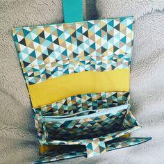 Compagnon Complice en bleu et jaune à triangles cousu par Maévaa - Patron Sacôtin