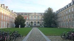 Het pauscollege is gelegen aan het prachtige Hogeschoolplein, in het hartje Leuven, waar het studentenleven in al zijn aspecten aanwezig is.
