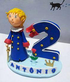 Topo de bolo Pequeno Príncipe feito todo em biscuit. Detalhes com tinta dourada na espadinha e na coroa.  Feito sob encomenda.
