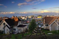 https://flic.kr/p/tmMsEC   Mirador de los volcanes - Puerto Varas (Patagonia - Chile)   Puerto Varas es la capital turistica del sur de Chile. Ubicada en la Provincia de Llanquihue en la Región de Los Lagos, a orillas del Lago Llanquihue a 1016 kms al sur de Santiago y a 20 kms al norte de Puerto Montt.   La ciudad fue fundada en 1853 a partir de la colonizacion principalmente de emigrantes provenientes de Alemania  y Suiza hoy cuenta con 32.000 habitantes. Destaca por su belleza escenica…