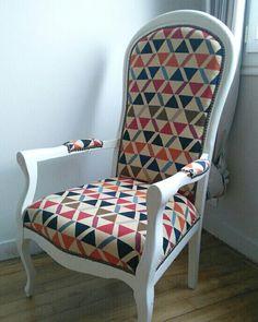 atelier secrets de si ge fauteuil voltaire avec un tissu en couleurs et rayures d 39 une. Black Bedroom Furniture Sets. Home Design Ideas