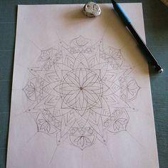 Un nouveau Mix se prépare... Beau lundi IG ! #Mix #dessin #drawing #cutpaper #cutting #art #mandala #inspiration #meditation #handcrafted #handmade #homemade #decor #decoration #walldecor #homedecor #interiordesign #madeindijon #madeinfrance #zen