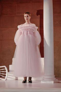 Molly Goddard Fall 2016 Ready-to-Wear Fashion Show Collection: See the complete Molly Goddard Fall 2016 Ready-to-Wear collection. Look 2 Pink Fashion, Couture Fashion, Runway Fashion, London Fashion, Flower Girl Dresses, Prom Dresses, Wedding Dresses, Mode Rose, High Fashion Looks