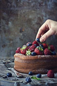torta di mandorle e ricotta con frutti di bosco.