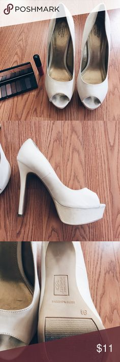 ▪️Cream Satin Sparkle Heels▪️ ▪️Product Description▪️ ▫️Classic creamy white satin material with glitzy and glittery goodness on the platform and heel  ▫️Peep toe for the spring/summer time  ▫️Gorgeous with pastels and neutrals   ▪️Condition: Mild wear and tear, but only worn few times  ▪️Measurements:  ▫️Size: 8.5 inches  ▫️Heel: 5.5 inches ▫️Platform: 1 inch Shoes Heels