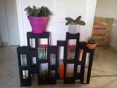 Shelves Pallet DIY Pallet Bookshelf and Pot Organizer - Easy Pallet Ideas - Amaze your senses by taking a look at this DIY pallet bookshelf and pot organizer, all made of separated apart pallet dice sections! Construction is pretty Wooden Pallet Shelves, Wood Pallet Furniture, Wooden Pallets, Wooden Diy, Pallet Bookshelves, Furniture Projects, Pallet Ideas Easy, Diy Pallet Projects, Woodworking Projects