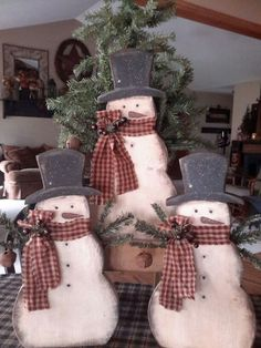 28 cutout snowmen trio holding a fir tree - DigsDigs Wooden Snowman Crafts, Wood Snowman, Christmas Wood Crafts, Primitive Christmas, Country Christmas, Christmas Snowman, Christmas Projects, All Things Christmas, Winter Christmas