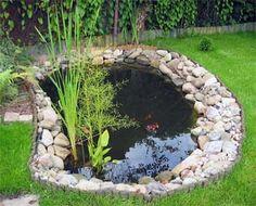 Kamienie w naturalny sposób odzielają linię wody z pięknie przystrzyżoną trawą #pond #garden #diy #lawn