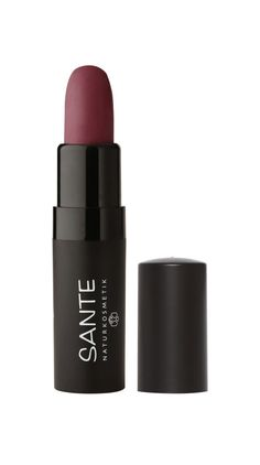 Der Lipstick Matt von Sante in der Farbe Catchy Plum ist der perfekte Begleiter für den Herbst. Das Finish ist wie versprochen matt. Dennoch trocknet der Lippenstift, dank der enthaltenen pflegenden Öle, die Lippen nicht aus. Naturkosmetik Produkte kaufen | Organic Beauty Shopping