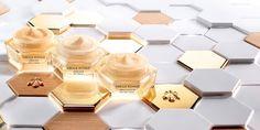 La nouvelle Crème Jour Abeille Royale, permet une transformation immédiate et durable de l'aspect de la peau. Jour après jour, les rides et ridules sont estompées, le relief cutané est lissé, la peau raffermie et son éclat boosté. La texture de la Crème J