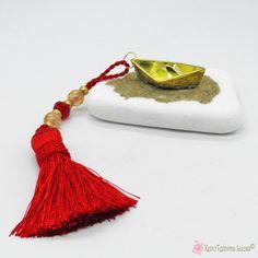 Γούρι με χρυσή μεταλλική βάρκα σε λευκή πέτρα Tassel Necklace, Stone, Jewelry, Rock, Jewlery, Jewerly, Schmuck, Stones, Jewels