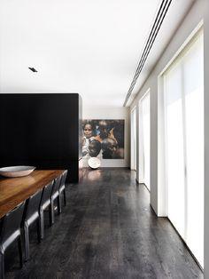 Voimakkaista kontrasteista huolimatta tilassa on lämpöä ja pehmeyttä, eheä kokonaisuus ja kaunis valo.