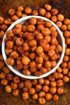 Recipes Snacks Salty BBQ Roasted Chickpeas are a quick and delicious healthy snack or appetizer that tastes like your favorite salty, crunchy, tangy barbecue chips! Dry Roasted Chickpeas, Crunchy Chickpeas, Healthy Salty Snacks, Protein Packed Snacks, Healthy Junk, High Protein, Chickpea Snacks, Chickpea Recipes, Healthy Recipes