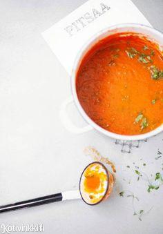 Tomaatit ovat loppukesästä parhaimmillaan ja edullisimmillaan. Keitä sadosta tomaattikastike, ja pakasta se pitsojen ja bolognesen pohjaksi!