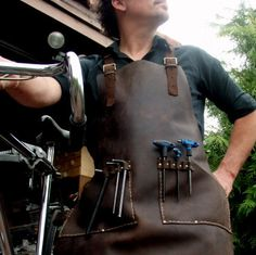 Leather Work Apron for Bike Mechanic or General por CyclonaDesigns Shop Apron, Work Aprons, Custom Aprons, Leather Apron, Leather Workshop, Steampunk Design, Leather Projects, Blacksmithing, Leather Working