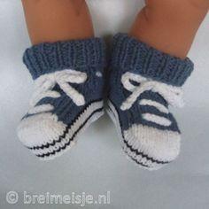 Deze gebreide baby sportschoentjes zijn comfortabel, hebben een warme boord en blijven goed zitten. Het patroon om deze babyschoentjes te breien is te koop in de shop van Breimeisje.
