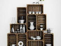 comment aménager et organiser sa cuisine, cagette en bois bricolage, rangement pyramide, vaisselier, vaisselle en noir et blanc