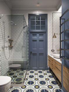 Wysoka łazienka z białymi kaflami i wzorzystą podłogą