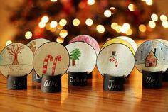 Plaats kaartjes voor het kerstdiner. Sneeuwballen.