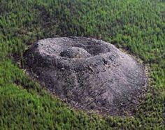 Cráter Patomskiy .( Irkutsk. ) Siberia Rusia. Curioso cráter de orígen desconocido que data de aproximadamente 250 años. Altura : 80 mts.  Diámetro : 150 mts.