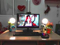 Mi escritorio ❤ Aquí trabajo grabo vídeos juego y veo la televisión 😄
