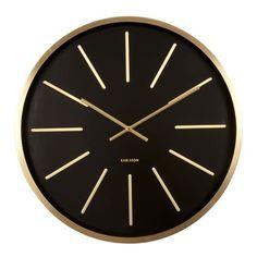 Bam! De Karlsson Maxiemus springt in het oog! Deze klok heeft een diameter van 60 centimeter, dus de tijd is niet te missen. De statige, gouden wijzers en strepen geven hem nog een chic tintje ook. Perfect voor aan de wand in de woonkamer of hal.