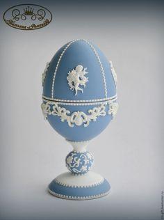 """Купить Яйцо-шкатулка """"Мысли о Веджвуде"""" - подарок девушке, пасхальный сувенир, Пасха, пасхальный подарок Egg Crafts, Easter Crafts, Wedgwood Pottery, Emu Egg, Easter Egg Designs, Egg Art, Egg Decorating, Egg Shells, Cold Porcelain"""