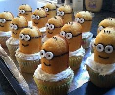 Celebrate the return of Twinkies by whipping up a batch of Twinkie cupcakes that just happen to look like the minions in Despicable Me. All you need are some cupcakes, some Twinkies, mini marshmallows (for the eyes) and black icing (for the detail. Despicable Me Cupcakes, Minion Cupcakes, Cute Cupcakes, Cupcake Cakes, Twinkie Minions, Cup Cakes, Birthday Cupcakes, Party Cupcakes, Themed Cupcakes