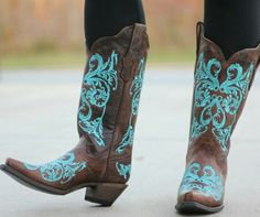 LOVE these cowgirl boots!!