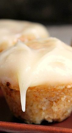 Cinnamon Roll Muffins with Cream Cheese Frosting ~ These adorable muffins will bring you all the tastiness of oh so popular cinnamon rolls. They are even more appealing than the original, and in some way they are even easier to make. Breakfast Dishes, Breakfast Recipes, Dessert Recipes, Brunch Recipes, Cupcake Recipes, Just Desserts, Delicious Desserts, Yummy Food, Cinnamon Roll Muffins