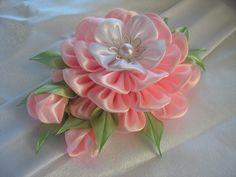 Одноклассники Diy Lace Ribbon Flowers, Ribbon Art, Fabric Ribbon, Fabric Flowers, Kanzashi Tutorial, Flower Tutorial, Fleurs Kanzashi, Quilling Christmas, Kids Hair Accessories