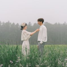 Séance photo de bijoux en or - Jewelry Photography - Wedding Dress Pre Wedding Poses, Pre Wedding Photoshoot, Wedding Shoot, Wedding Couples, Cute Couples, Korean Wedding Photography, Couple Photography, Foto Wedding, Korean Couple